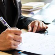 Advokat som fyller ut anmeldelse
